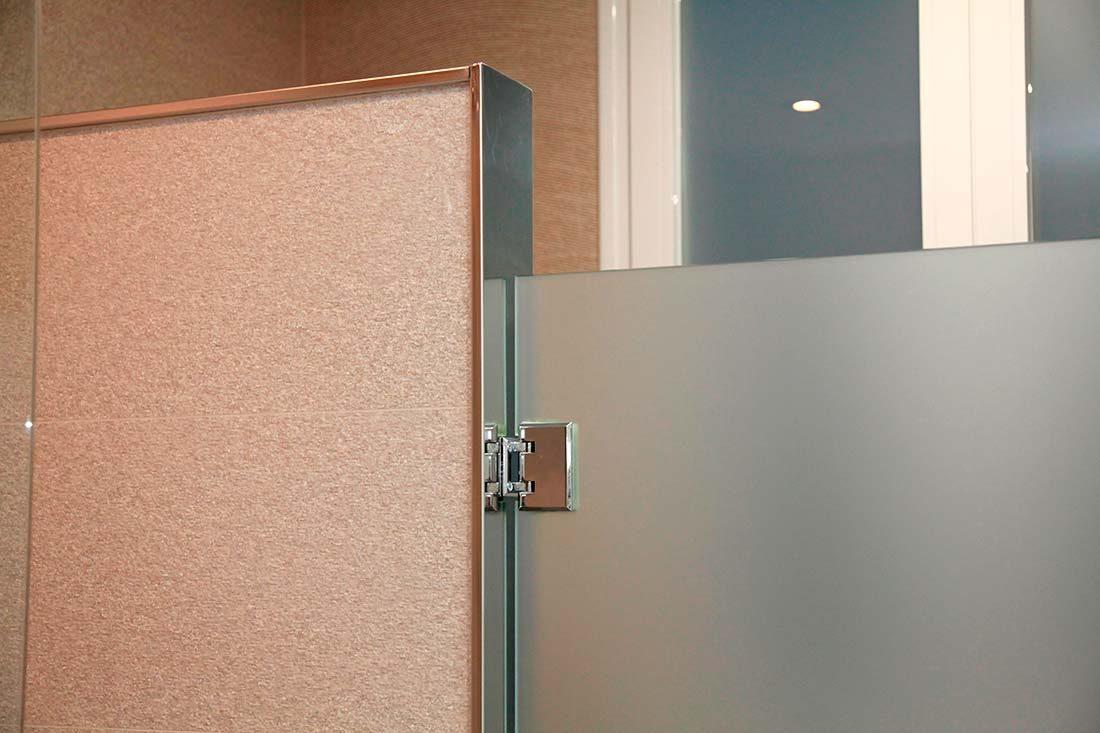Detalle bisagra para puertas de baño acristaladas