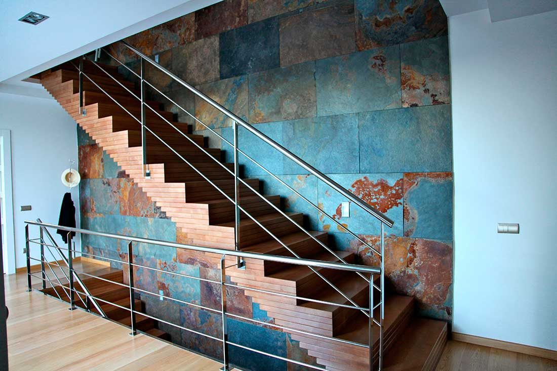Vista de la escalera con detalles de madera maciza
