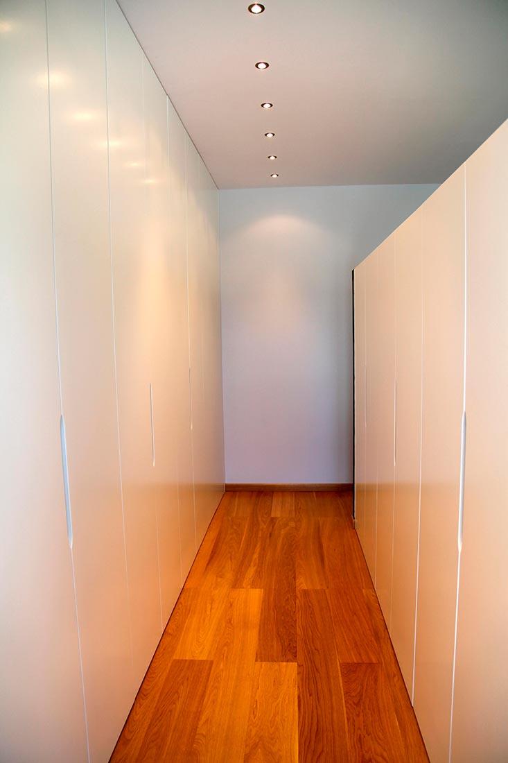 Vestidor con armarios integrados en habitación