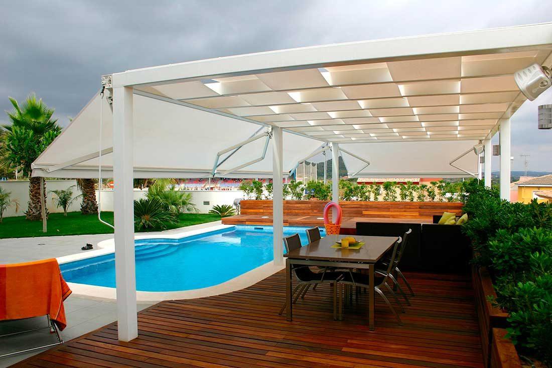 Terraza con piscina en vivienda unifamiliar