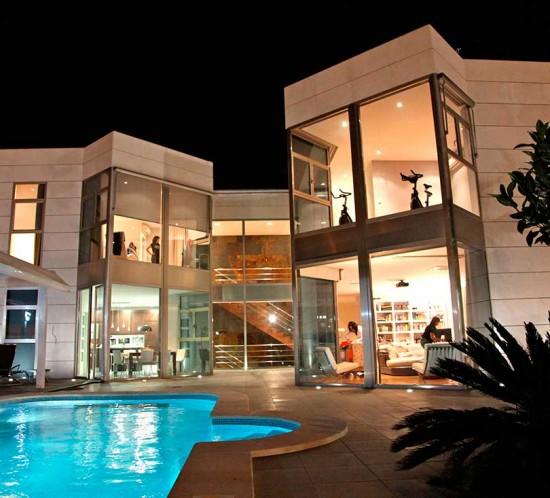 Vista nocturna en vivienda unifamiliar